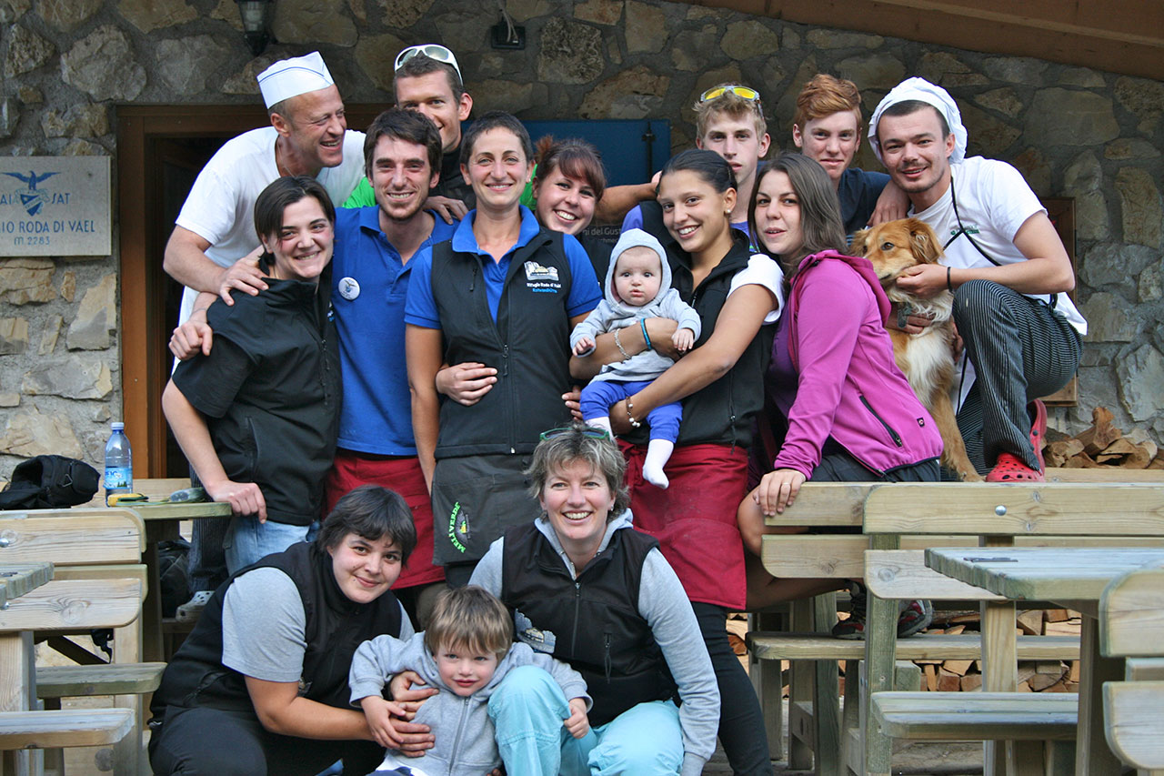 Lo staff de il Rifugio Roda di Vael nel 2012