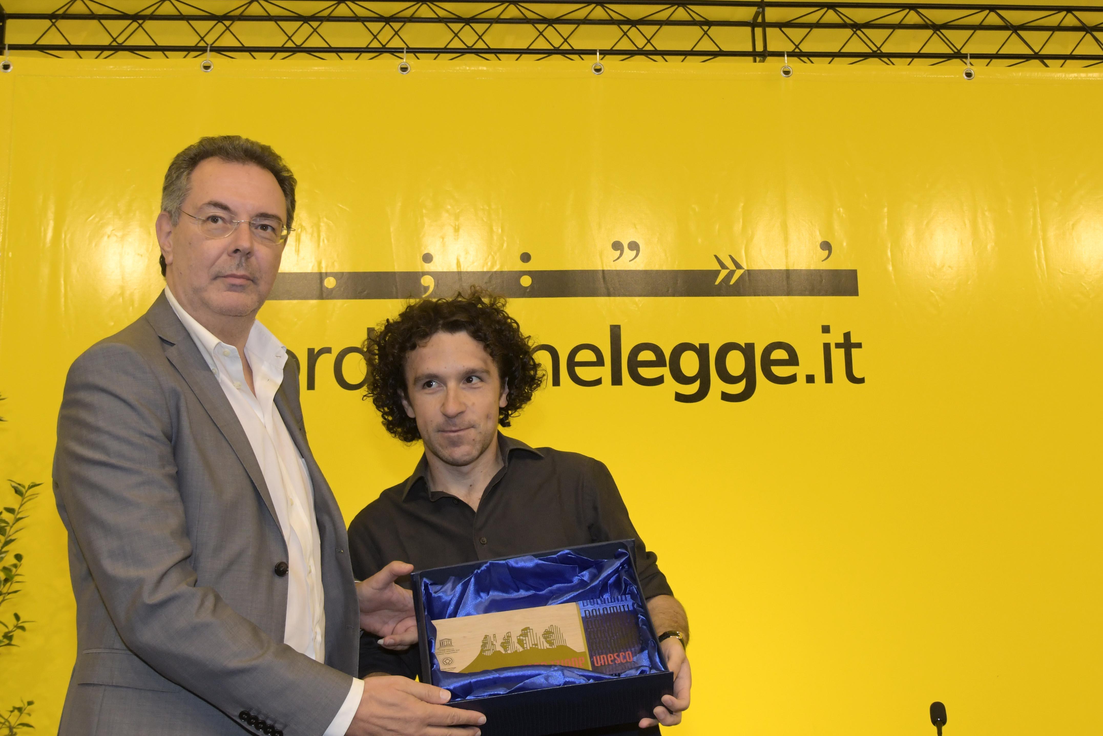 ass Pizzimenti consegna premio UNESCO Marco Balzano